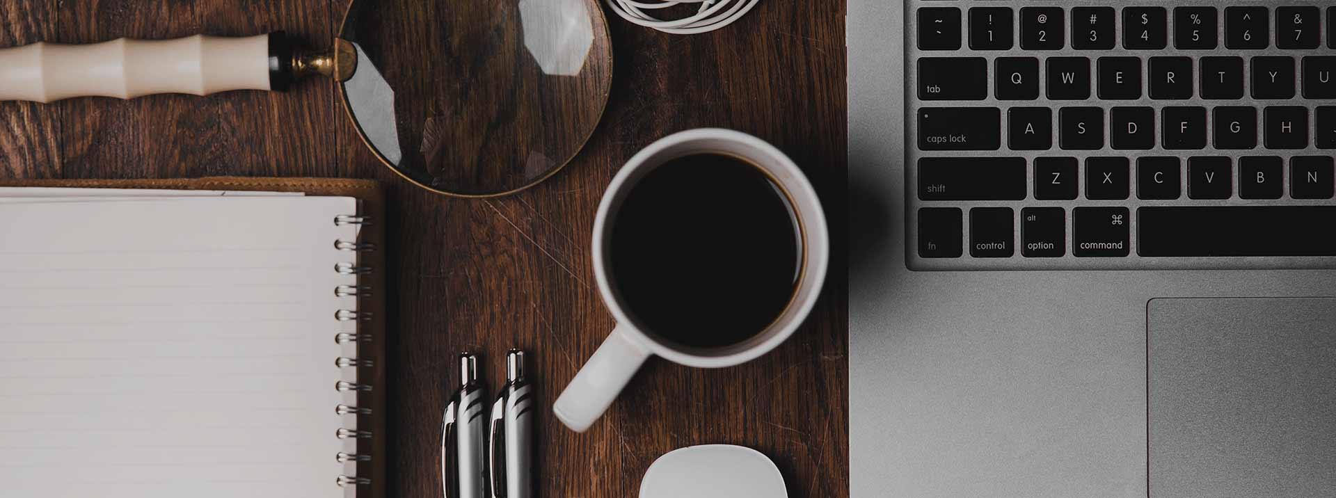 z lekstrą przy kawie o prawie overlay